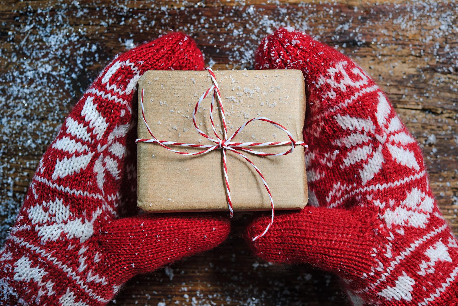 Стильные новогодние подарки 2019: чем порадовать любимых?