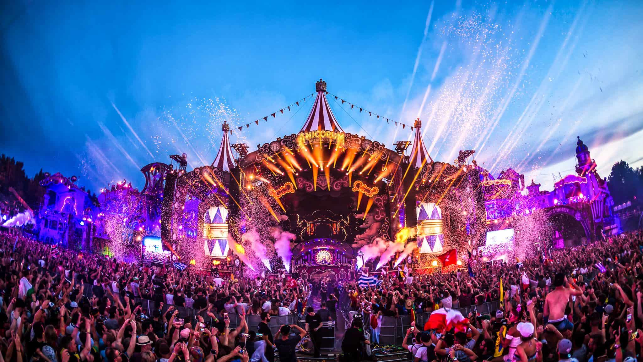 A crowd dancing at the Tomorrowland main stage